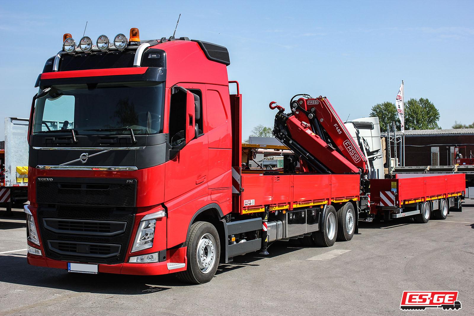 ES-GE-NUFAM-Volvo-FH4-Fassi-Ladekran-ES-GE-Tandemanhänger