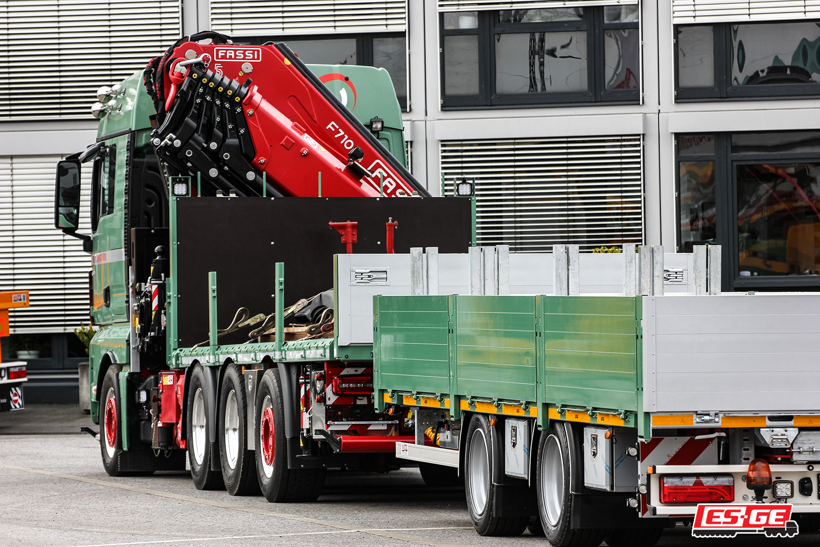 Timmerhaus-FASSI-Ladekran-ES-GE-Anhänger-2